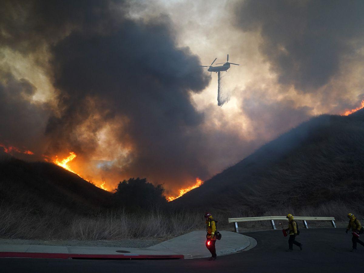 Calmer California winds help firefighters beat back 2 blazes