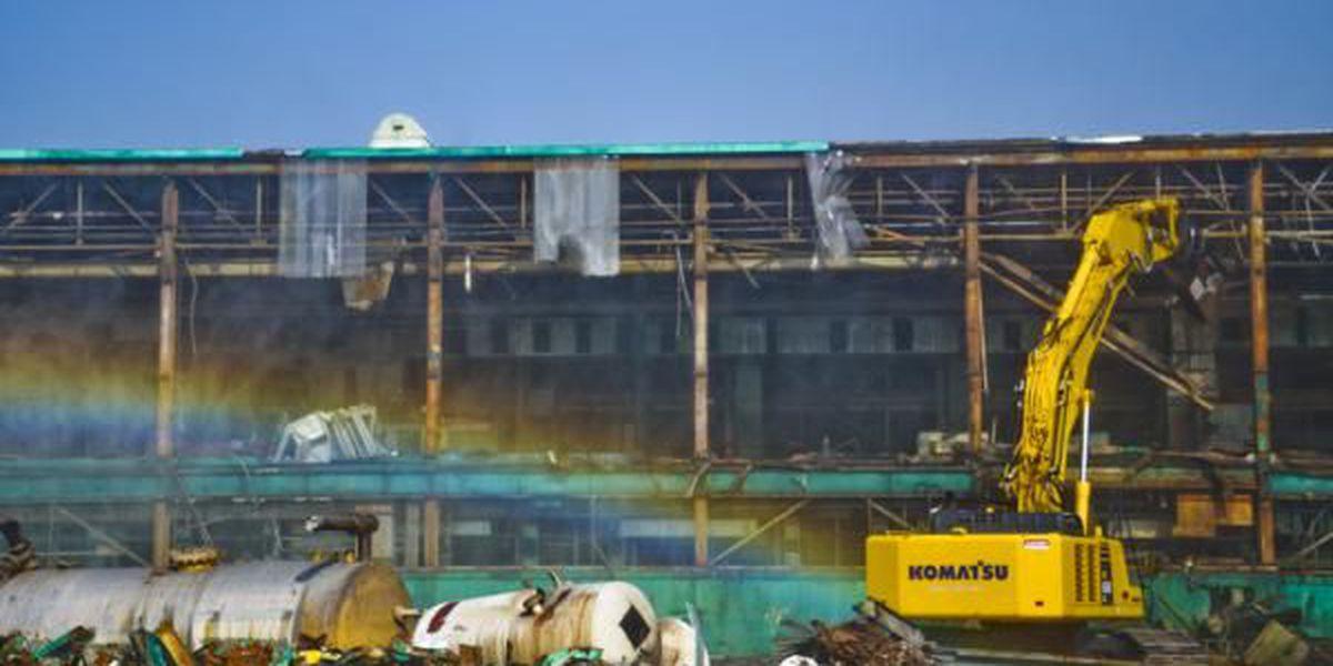 Workers demolishing inactive facility at DOE's Paducah site