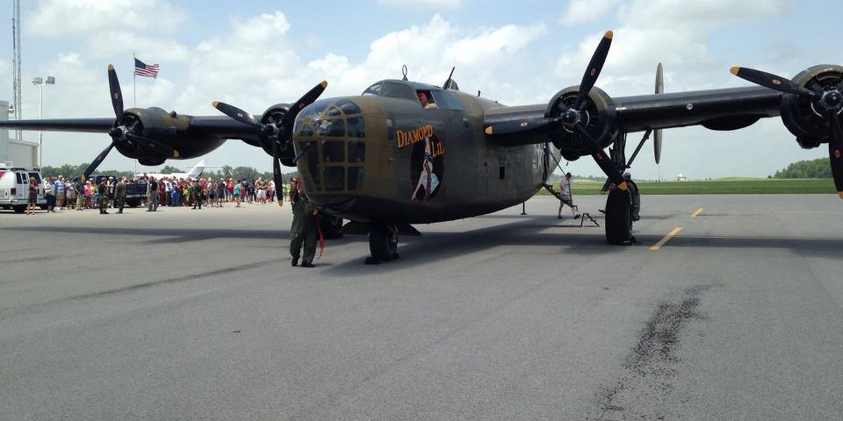 Hundreds gather to see WWII B-24 bomber in Williamson Co.