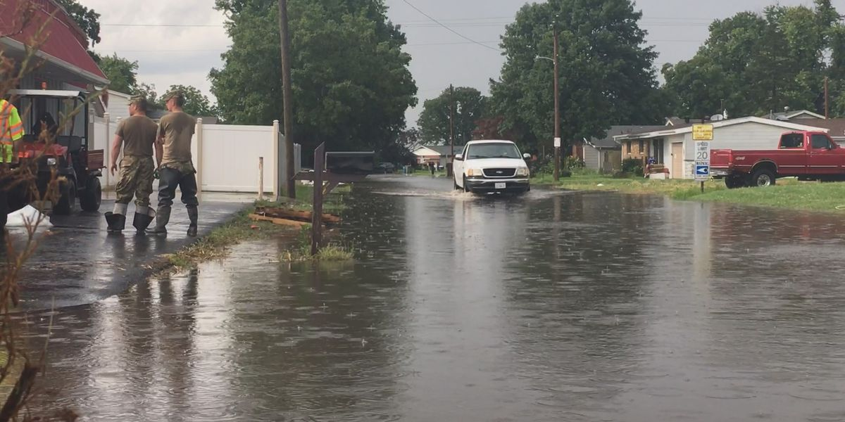 Pet owner staying in East Cape Girardeau, Ill. despite rain adding to flooding