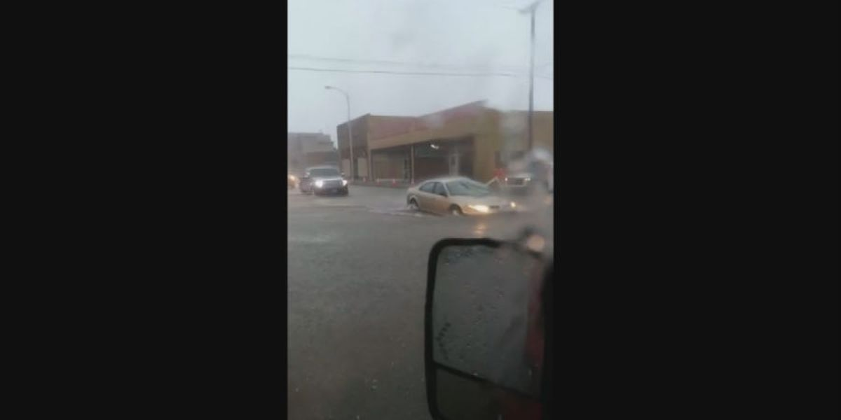 Flash flooding stalls vehicles in Kennett, Mo.