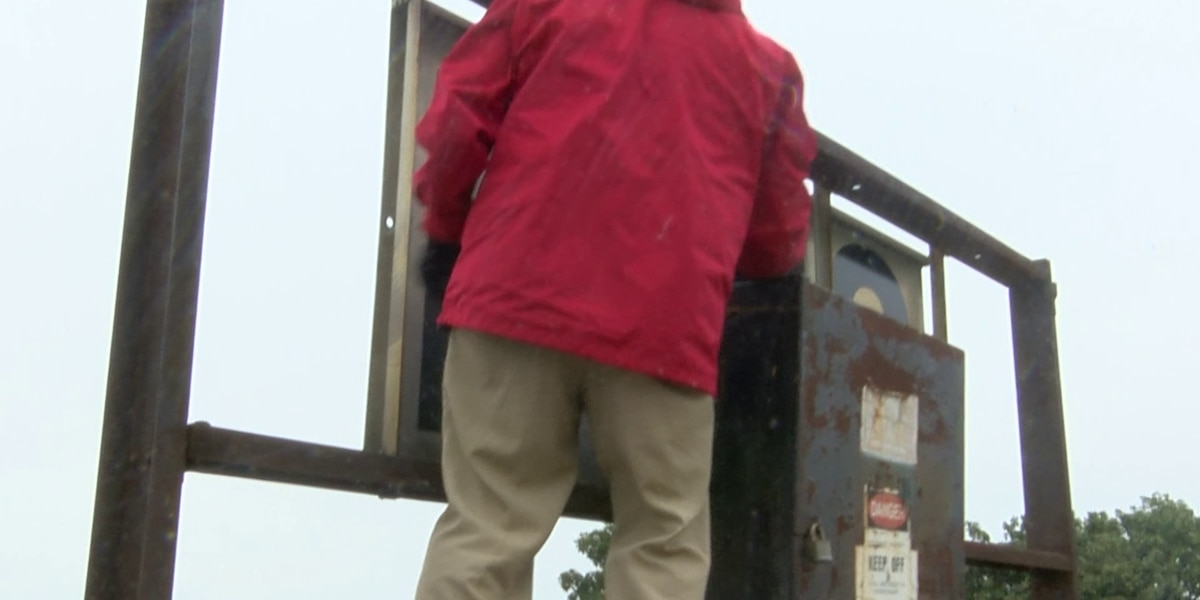 Historic sign raised as Mississippi River level reaches 40 feet