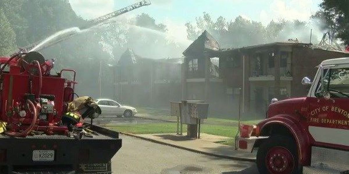 Fire crews battle apartment complex fire in Benton, KY
