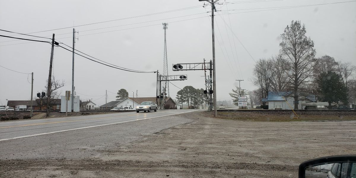 Railroad gates at 146 W and Rte 3 open in Union Co., Ill.