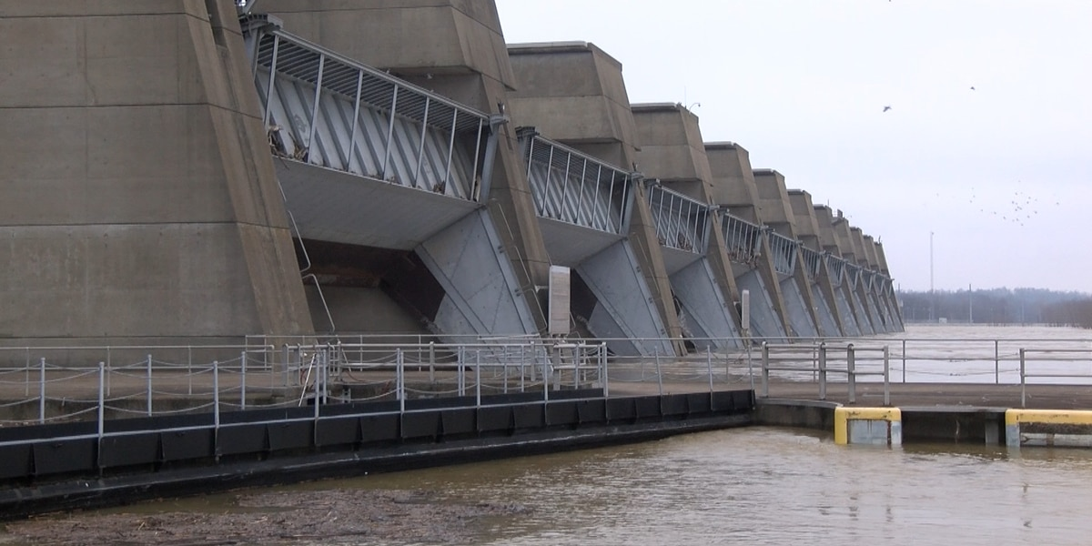 Flooding shuts down Smithland Lock and Dam