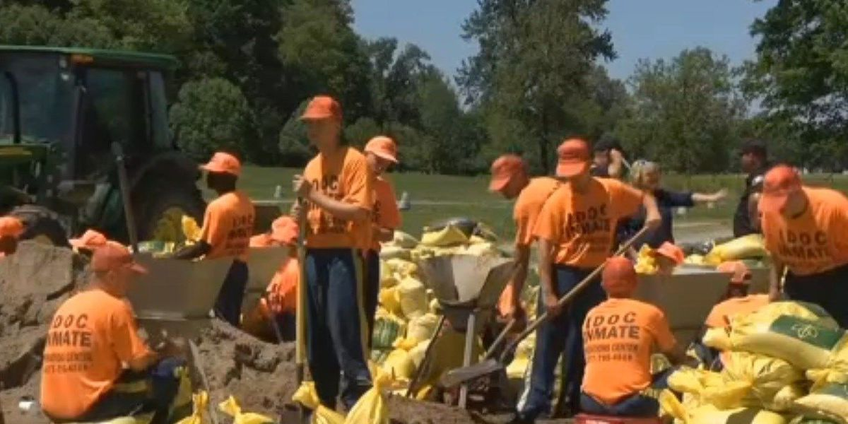 Residents in Grand Tower, IL prepare for flooding