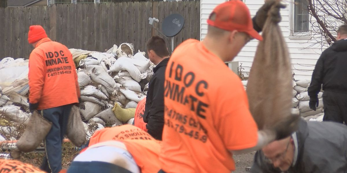 Crews start removing sandbags in East Cape Girardeau, Ill.