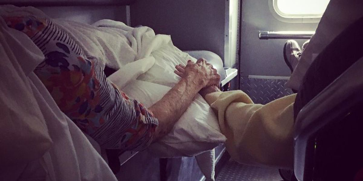 PHOTO: SC elderly couple hold hands in Hurricane Florence-forced evacuation from coast
