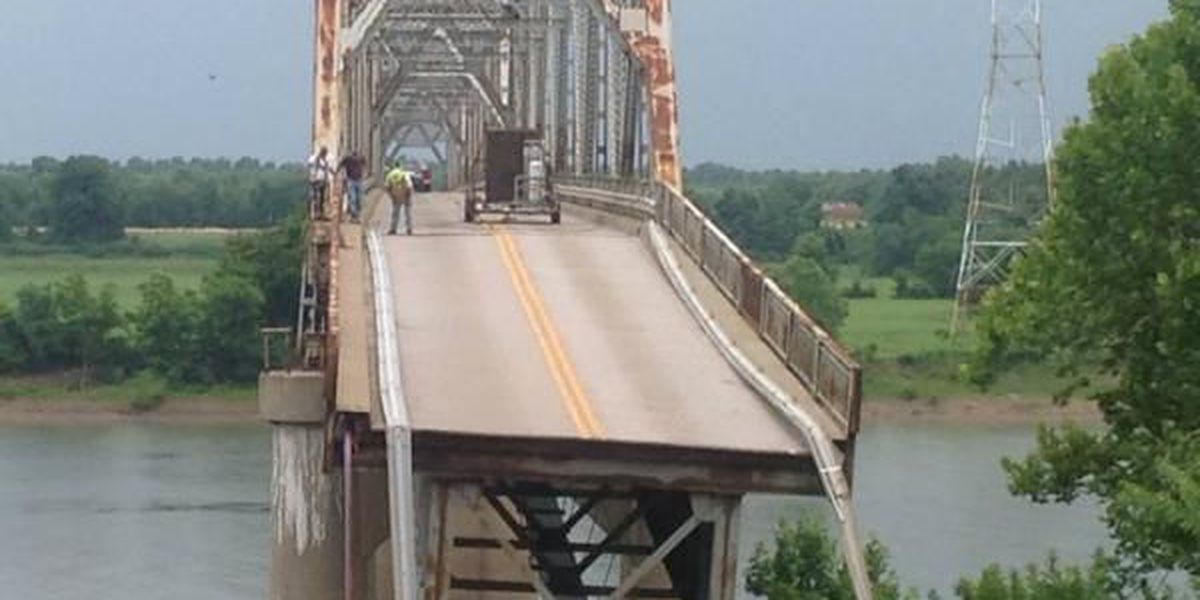 Part of Old Ledbetter Bridge collapses