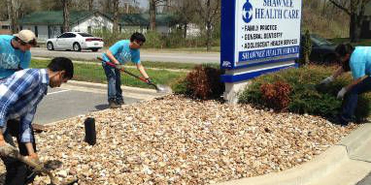 SIU students beautify Carbondale in honor of 'Austin's Day'