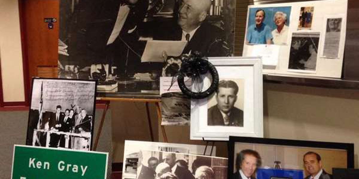 Hundreds pay respects to former Congressman Ken Gray