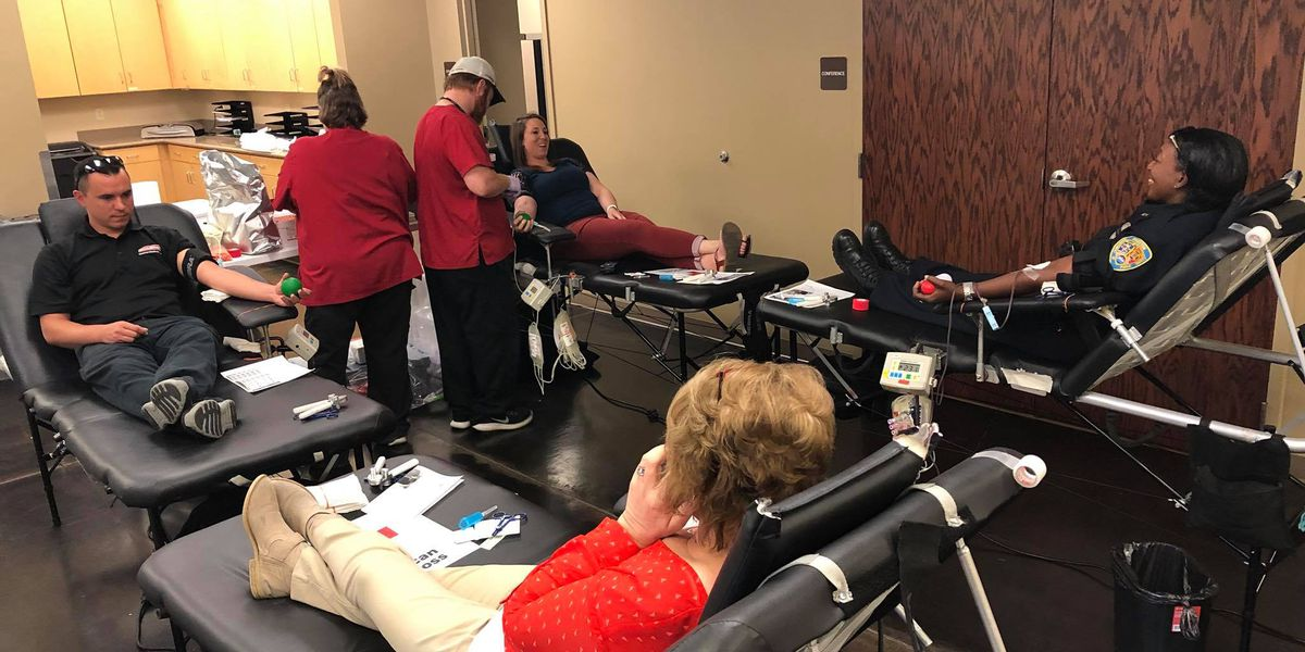 Sikeston, MO officers take part in blood drive